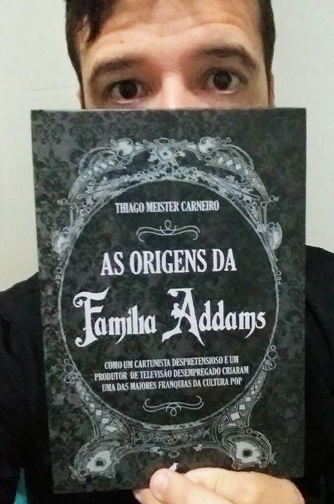 """Thiago Meister Carneiro com seu livro """"As Origens da Família Addams"""""""