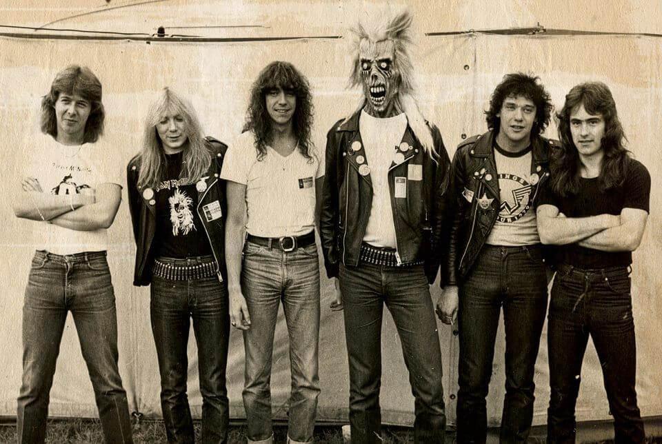 Formação do Iron Maiden quando do lançamento de seu álbum de estreia. Da esquerda para direita: Clive Burr (bateria), Dave Murray (guitarra), Dennis Stratton (guitarra), Eddie (mascote), Paul Di'Anno (voz) e Steve Harris (baixo)